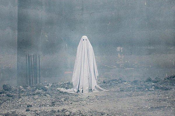 Záber z filmu A Ghost Story s Caseym Affleckom v hlavnej úlohe.