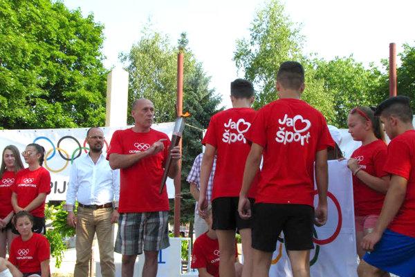 Paraolympionik Ladislav Gáspár spochodňou.