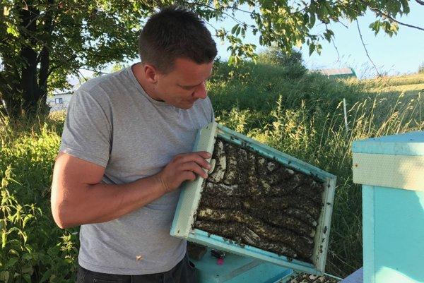 Erik Nevoľný sa venuje včelárstvu päť rokov.