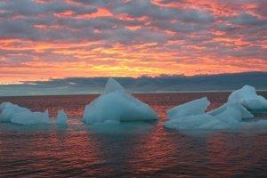 Za rýchlejšiu a lacnejšiu cestu môžu klimatické zmeny. V okolí severného pólu roztápajú morský ľad.