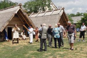 Návštevníci v archeoskanzene na Martinskom vrchu.