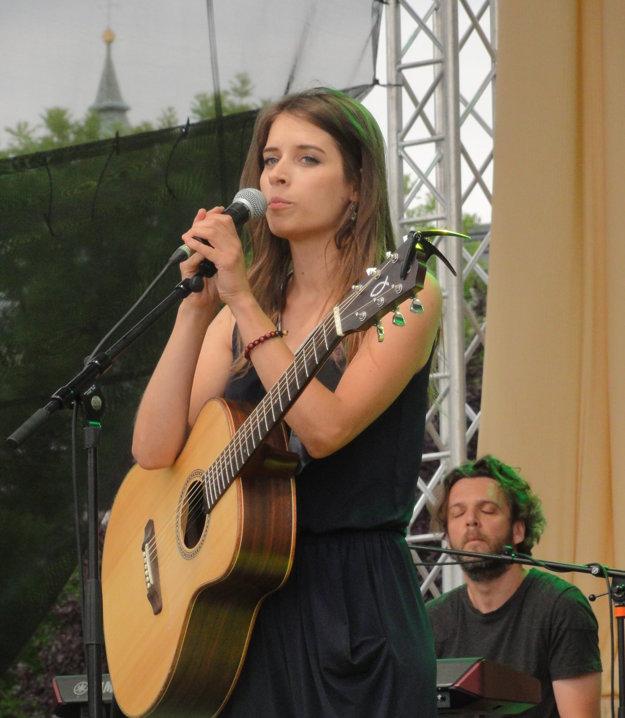 Speváčka si skladá vlastné piesne.