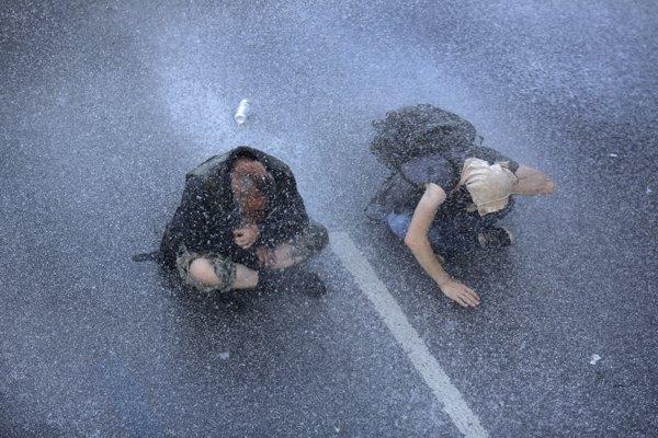 Protikapitalistické protesty počas stretnutia G20 v Hamburgu rozháňali policajti aj vodným delom.