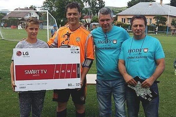 Zľava víťaz F. Moško, brankár M. Valach, organizátori M. Faktor a J. Chovanec.