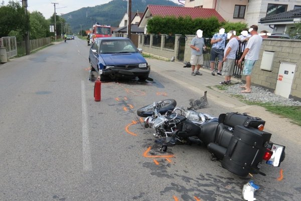 Motocyklista zraneniam podľahol v nemocnici.