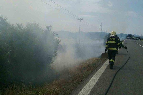 Požiar pri ceste.