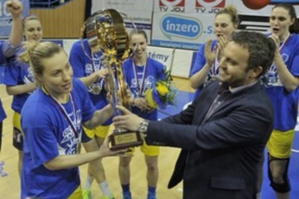 Kapitánka Košíc Žirková preberá majstrovský pohár.