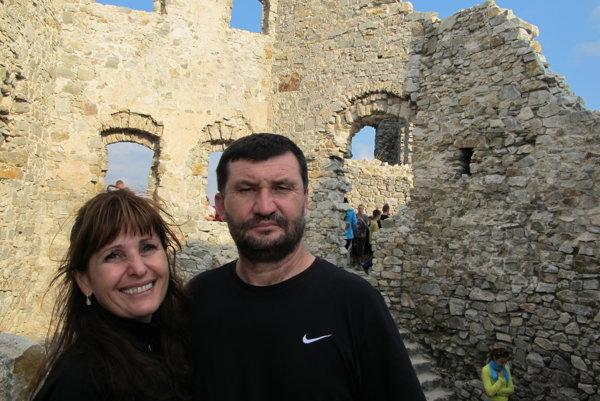Ocenenie získa Stanislava Blahová. Na snímke je s manželom Jozefom na hrade Hrušov, ktorý s ďalšími dobrovoľníkmi zachraňuje už viac ako desaťročie.