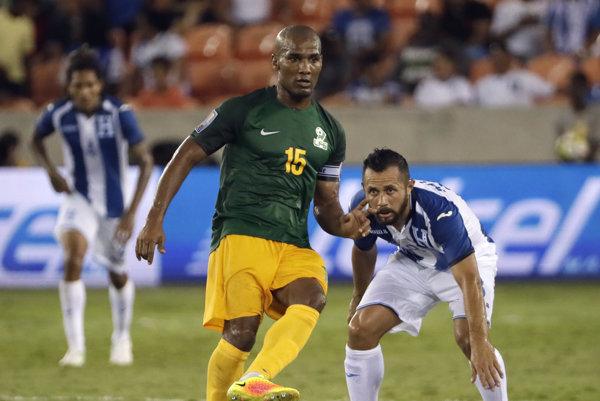 Francúzsky futbalový stredopoliar Florent Malouda (15) nastúpil aj napriek zákazu na CONCACAF Gold Cupe za Francúzsku Guyanu.