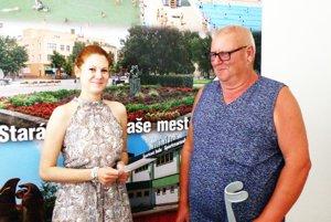 Naľavo zástupkyňa firmy Novovital Mgr. Gabriela Parná - Šebová, napravo výherca Štefan Pelikan