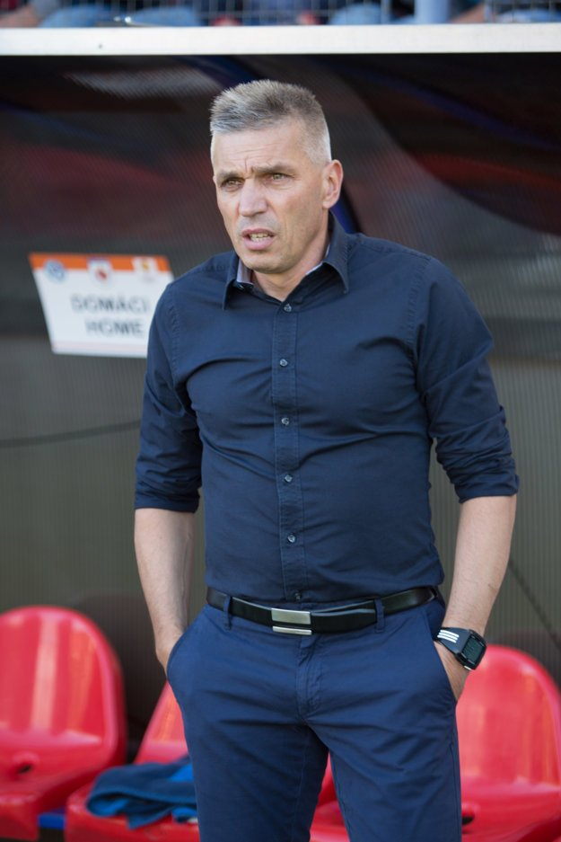 Norbert Hrnčár sleduje zápas proti Brannu Bergen.