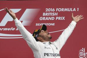 Vlani sa Lewis Hamilton tešil na Veľkej cene Veľkej Británie už zo svojho štvrtého miestneho víťazstva.