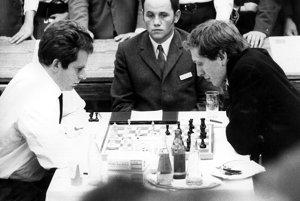 Boris Spasský (vľavo) aBobby Fischer počas šachového zápasu storočia.