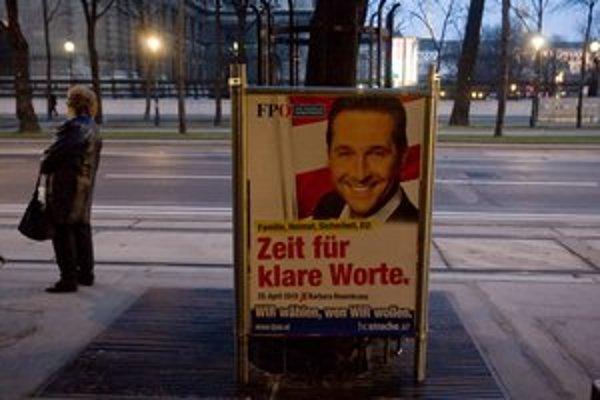 Strache sa na bilbordoch usmieva, no jeho kampaň je negatívna.