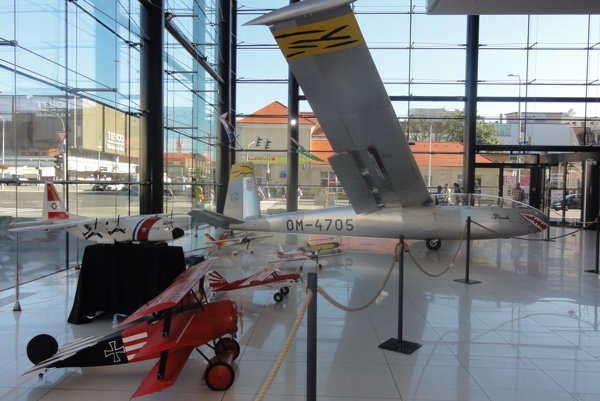 Obrovský vetroň vo vstupnej hale má rozpätie krídel 17 metrov.
