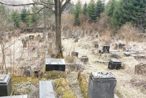 Po zime sú hroby viditeľné, od jari do jesene ich zakrýva tráva.