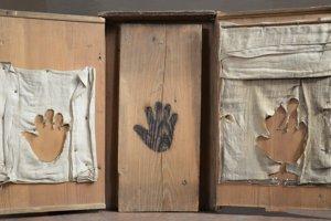 Vypálené odtlačky ruky ducha Jána Clementa Zwespenbauera boli kedysi exponát klenotnice Dómu sv. Martina.