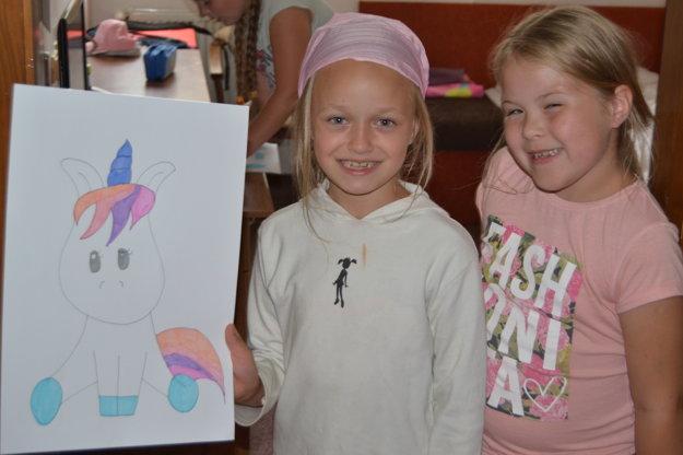 Dievčatá v biznise ponúkali maľované obrazy.