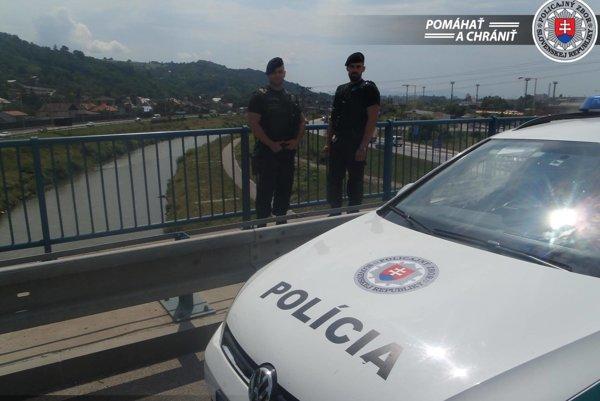 Hliadka polície na košickom moste.