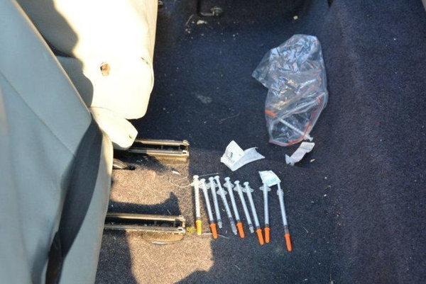 Muži prevážali v aute striekačky a drogy.