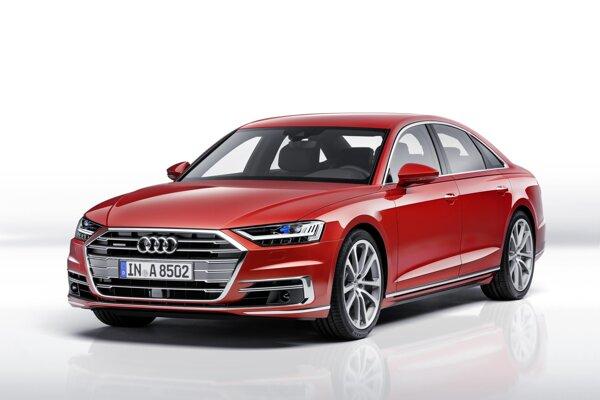 """Luxusná limuzína Audi A8 štvrtej generácie. Špičkový model automobilky Audi narástol do dĺžky i výšky a jeho prednej časti dominuje mohutná """"jednorámová"""" (singleframe) maska chladiča a reflektory na báze LED."""