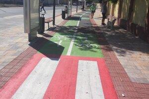 Priechod pre chodcov cez cyklochodník.