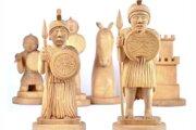 Postavy vojakov na šachovnici.
