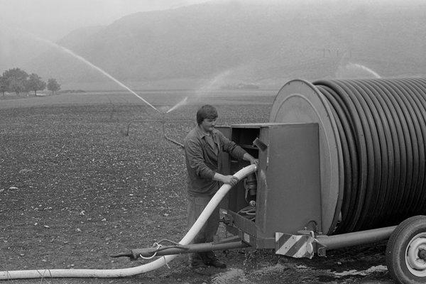 Na archívnych snímkach zo 70. a80. rokov minulého storočia závlahový systém, ktorý sa vobmedzenom režime používa dodnes.