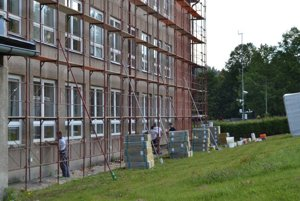 Stavebné práce sú v plnom prúde.