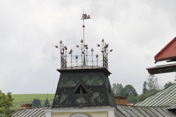 Ohrádka na vrchu tvrdošínskej radnice symbolizuje kráľovskú korunu.