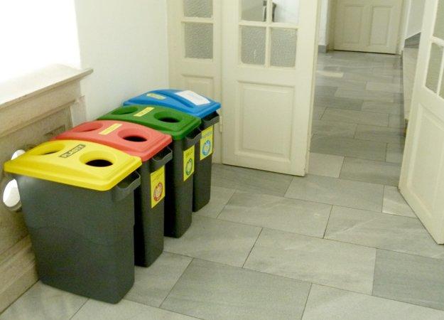 Na chodbách mestského úradu sú takéto nádoby na separovanie.