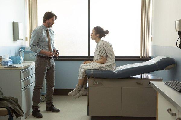 Psychológa hlavnej hrdinky si vo filme zahral Keanu Reeves.