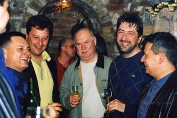 Údajný boss skupiny Takáčovcov Ľubomír Kudlička (druhý sprava) na archívnej fotografii s exposlancom SDKU Pavlom Kubovičom (prvý sprava). Úplne vľavo sa usmieva ďalší zo skupiny takáčovcov dnes už nebohý Jozef Surovčík.