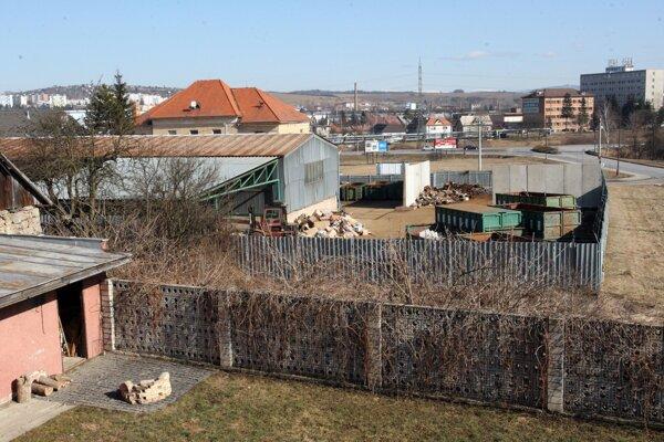 Niekoľko Môťovčanov má pohľad z okna rovno do areálu zberných surovín.