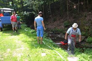 Obec zabezpečuje dovoz úžitkovej vody do domácností z potoka.