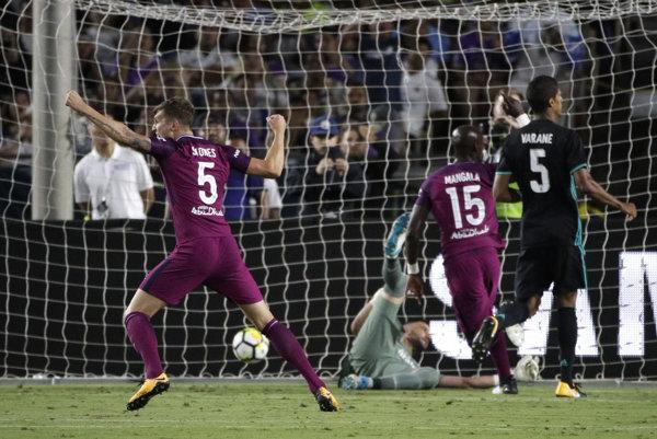 Na snímke vľavo hráč Realu John Stones oslavuje gól, vpravo jeho spoluhráč Nicolas Otamendi v zápase americkej časti Medzinárodného pohára majstrov Manchester City - Real Madrid (4:1).