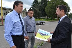 Ivan Hriseňko (zľava) zfirmy Panep, Roland Ďurko zBetpresu aprimátor Medzilaboriec Vladislav Višňovský.