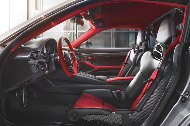 Interiér. Dominujú v ňom alcantara, koža a uhlíkové kompozity (karbón), z ktorých je zhotovená aj nosná časť sedadiel pretekárskeho typu. Nové superšportové porsche zrýchli z 0 na 100 km/h za 2,8 sekundy, jeho maximálna rýchlosť je 340 km/h a tieto výborné dynamické vlastnosti sa odrážajú v jeho cene - tá sa začína pri 285 200 eurách.