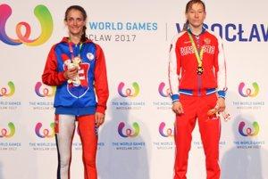 Monika Chochlíková (vľavo) na stupni víťazov.