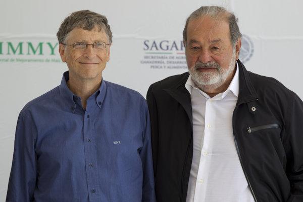 Miliardári Carlos Slim Helú (vpravo) a Bill Gates na archívnej snímke z roku 2013, obaja vlastnia podiel v bratislavskej firme A.R.K. technické služby.
