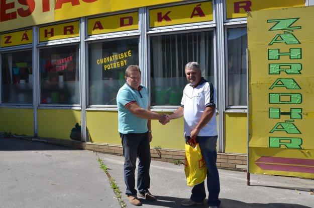 Víťazovi B. Kissovi odovzdal cenu agratuloval kvýhre O. Molnár zpredajne Záhradkár vRožňave.