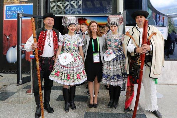 Počas otvorenia výstavy EXPO 2017 vítali návštevníkov v tekovských krojoch.