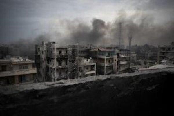 Dym stúpa z horiacich domov v okrese Saif Al Dawla v severosýrskom meste Aleppo.