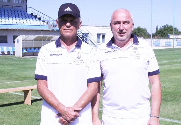 Zľava hlavný tréner Milan Mrllák a jeho asistent (zároveň aj masér) Cyril Demo.