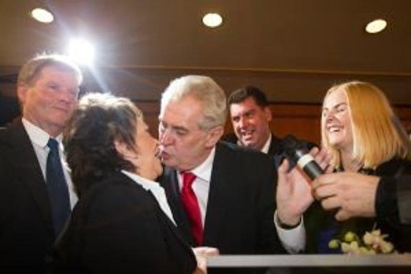 Miloš Zeman ďakuje Jiřine Bohdalovej za podporu.