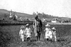 Jozef Pálffy st. na prechádzke s deťmi (zľava) Jozefom ml., Paulínou, Mariettou a Petrom v Smoleniciach v roku 1903. Obrázok pochádza z knihy Koniec starých čias od autorov D. Hupka, I. Janáčkovej a J. Tihanyiho.
