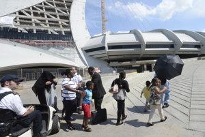 Žiadatelia o azyl odchádzajú na prechádzku z olympijského štadióna v Montreale.