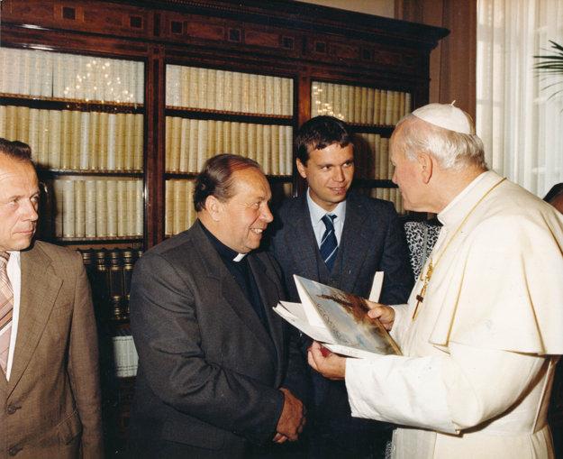 V osobnej knižnici Jána Pavla II.: páter Huvar, Ladislav Jeník, Ján Pavol II., 1989
