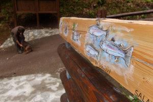 Detail na drevenom zábradlí.