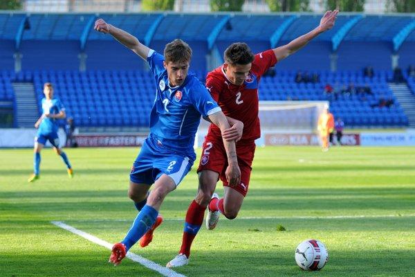 Na snímke z 29. apríla 2015 Aleš Matějů (vpravo) bojuje o loptu s Branislavom Niňajom v prípravnom zápase výberov Česka a Slovenska do 21 rokov v Senici.
